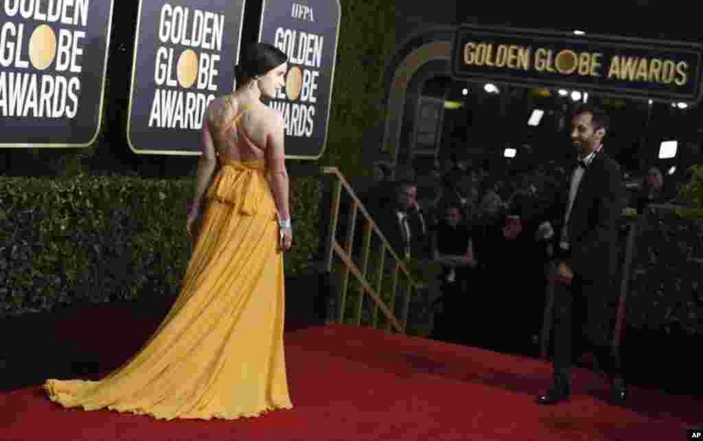 هفتاد و ششمین مراسم گلدن گلوب در حالی در آمریکا برگزار می شود که اسوشیتدپرس نوشته است بعد از اقدام دسته جمعی سال گذشته بازیگران در پوشیدن لباس سیاه، در این دوره از مراسم گلدن گلوب، رنگ ها دوباره به فرش قرمز بازگشتند.