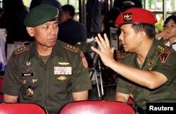 Panglima TNI Letnan Jenderal Prabowo Subianto (kanan) mengobrol dengan Panglima TNI Jenderal Wiranto di Jakarta, 17 Mei 1997. (Foto: dok).