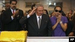 Presiden Kuba Raul Castro memberikan penghormatan untuk jenazah Hugo Chavez saat melayat di Akademi Militer di Caracas (7/3). Mendiang Presiden Chavez menurut rencana akan dimakamkan dengan upacara kenegaraan hari ini, Jumat (8/3).