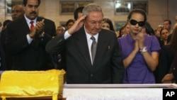 Chủ tịch Cuba Raul Castro đến viếng quan tài cố tổng thống Venezuela Hugo Chavez