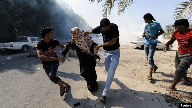 Người biểu tình chống chính phủ Bahrain chạy tránh hơi cay do cảnh sát chống bạo loạn sử dụng 9/9/12
