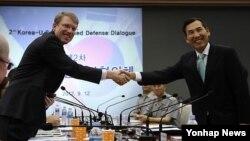 지난해 9월 한국에서 열린 제2차 미한통합국방협의체 회의에 참석해 임관빈 한국 국방부 국방정책실장과 악수하는 데이비드 헬비 미 국방부 동아시아담당 부차관보(왼쪽). (자료사진)