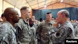 ژنرال ماترین دمپسی رئیس ستاد مشترک ارتش ایالات متحده (راست) در جمع نظامیان آمریکایی در فرودگاه بینالمللی بغداد – ۲۴ آبان ۱۳۹۳