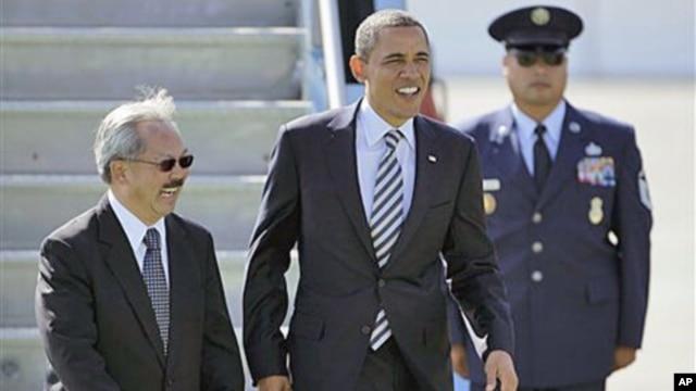 President Barack Obama walks with San Francisco Mayor Ed Lee after arriving at San Francisco International airport in San Francisco, October 25, 2011.