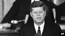 Джон Кеннеди выступает в палате представителей Конгресса США. Вашингтон. 14 января 1963 г.