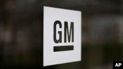 ARSIP – Foto yang diambil tanggal 16 Mei 2014 ini menampilkan logo General Motors di kantor pusat perusahaan tersebut di Detroit, Michigan (foto: AP Photo/Paul Sancya, Arsip)