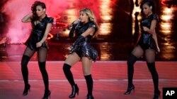 Beyonce tampil pada jeda Super Bowl XLVII antara San Francisco 49ers dan Baltimore Ravens di New Orleans, Minggu (3/1).