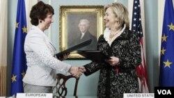 Menlu Amerika Hillary Clinton dan Kepala UE Catherine Ashton, menandatangani kerangka kerja Amerika-Uni Eropa di Washington (17/5).