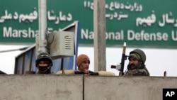 نیروهای نظامی افغان پشت سکوی سیمانی موضع گرفته اند.