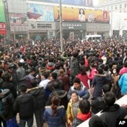 2月20号聚集在北京王府井麦当劳快餐店门前的人群