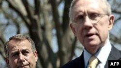 Ông Harry Reid, phải, tố cáo thành viên Đảng Cộng Hòa nuốt lời về thỏa thuận cắt giảm ngân sách