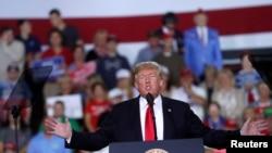 特朗普2018年10月10日在宾州一个政治集会上讲话(路透社)