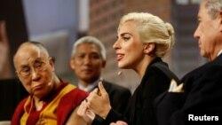 达赖喇嘛与美国歌手Lady Gaga共同出席美国市长会议的一次论坛(2016年6月26日)