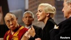Penyanyi Lady Gaga bersama Dalai Lama dalam sebuah konferensi di Indianapolis, Indiana, Juni 2016. (Reuters/Chris Bergin)