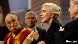 Đức Đạt Lai Lạt Ma đã đến dự Đại hội Thị trưởng Mỹ tại thành phố Indianapolis, nơi ông tình cờ gặp gỡ và trò chuyện với Lady Gaga, ngày 26/6/2016.