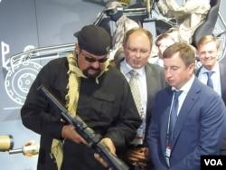 美国影星西格尔2014年参观莫斯科武器展。克里姆林宫重视同美国各界发展关系,西格尔经常访俄,普京最近向他授予俄罗斯国籍。