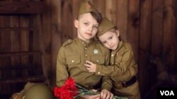 红军军装今天在俄罗斯盛行,有很多网络商店出售。互联网上的广告,专为儿童制作的红军军服。