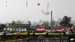 警方架设拒马隔开欢迎与抗议陈云林的人士