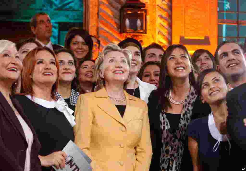 Ngoại trưởng Clinton đến thăm đài tin tức NTV trong thủ đô Ankara của Thổ Nhĩ Kỳ, 7-3-2009.
