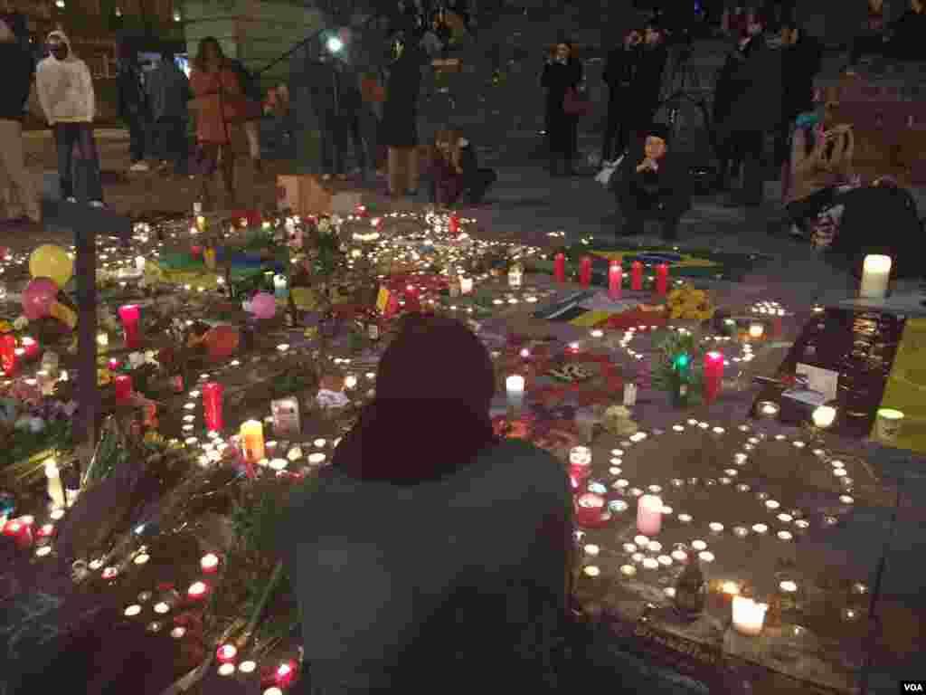 شهروندان غمگین، یادبود قربانیان را گرامی می دارند.