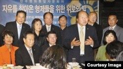 추수감사절을 맞이하여 지난달 30일 한국 대통령 직속 자문기구 민주평통의 로스앤젤레스협의회가 미 서부 지역에 거주하는 탈북자들을 위한 위로 행사를 열었다.