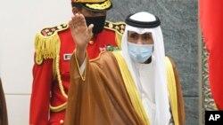 Emir baru Kuwait, Sheikh Nawaf Al Ahmad Al Sabah melambaikan tangannya seusai pelaksanaan sumpah jabatan di Majelis Nasional Kuwait di Kuwait, Rabu, 30 September 2020.