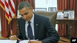 奧巴馬總統2011年12月23日在白宮橢圓形辦公室簽署工資減稅延期文件