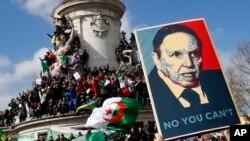Sitwayen aljeryen an Frans pran lari kote yap manifeste kont Prezidan Abdelaziz Bouteflika kap chache yon 5èm manda. Dimanch 10 mas 2019. (Foto: AP/Francois Mori)