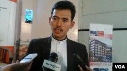 Anggota Komisi Fatwa MUI Pusat, Asrorun Ni'am Soleh, mengatakan ia mendukung kampanye pemerintah mengenai produk-produk makanan halal, di Jakarta, Senin 29/6 (foto: VOA/Iris).