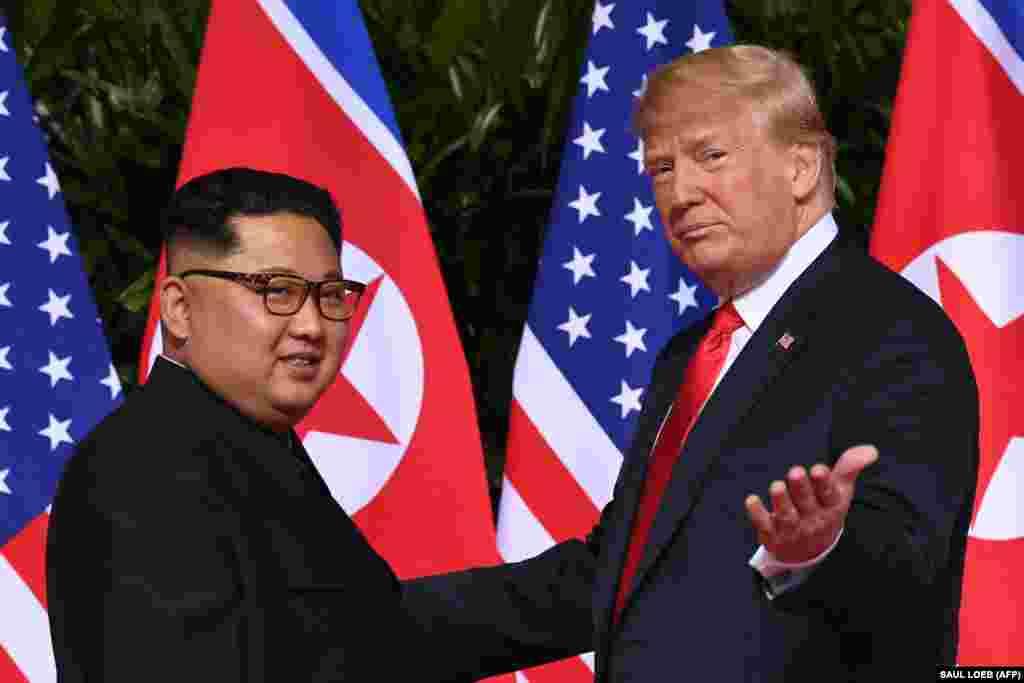 12 июня 2018  С начала президентства Трампа риторику Белого дома в адрес Северной Кореи и его лидера (которого глава Белого дома даже назвал «маленьким ракетчиком») сложно было назвать позитивной. Однако уже в июне Трамп добился организации исторического саммита: впервые действующий президент США встретился с главой КНДР.  «Моя встреча с председателем Кимом была честной, прямой и продуктивной», – сказал Трамп по окончании встречи, завершившейся подписанием совместной декларации. В интервью «Голосу Америки» Трамп сказал: «Мы добьемся денуклеаризации Северной Кореи».
