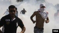 Polisi Bahrain menggunakan gas air mata untuk membubarkan aksi demonstrasi anti-pemerintah di Manama (foto: dok).
