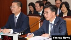 홍용표 한국 통일부 장관(오른쪽)이 14일 국회에서 열린 외교통일위원회의 통일부, 민주평통 등에 대한 종합감사에서 의원질의에 답하고 있다.