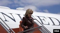 La secretaria Clinton dijo que Turquía debe fortalecer su democracia si quiere desarrollar su total potencial.