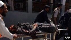 Pakistanski bolničari-dobrovoljci evakuišu povređene u napadu na američki konzulat u Pešavaru