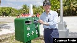 台灣總統馬英九在太平島投遞明信片。(資料照)