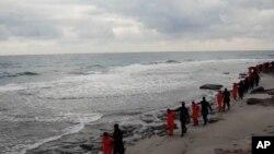 Fotografija napravljena od prethodnog video snimka masovnog pogunljenja hrišćana od strane ekstremista Islamske države