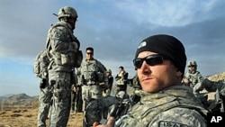 驻阿富汗美军等待直升机接运