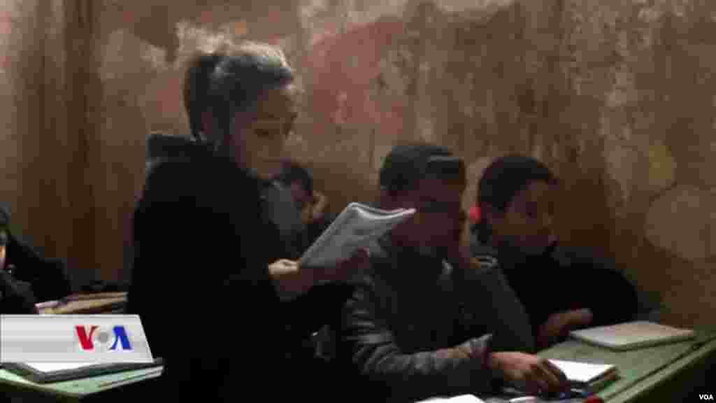 Hejmarek xwendekarên penaber yên derbiderên Efrînê li kampeke penaberan li herêma Şehba.