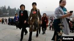 李小琳身穿名牌大衣出现在人民大会堂