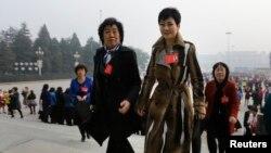李小琳(中)身穿名牌大衣出現在人民大會堂