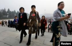 李小琳身穿名牌大衣出现在人民大会堂,参加全国妇女代表大会(2013年10月28日)