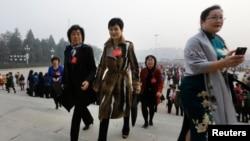 李小琳(中)身穿名牌大衣出现在人民大会堂 (2013年10月28日资料照片)