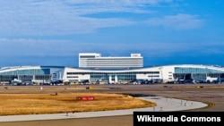 Bandara Internasional Dallas Fort Worth Terminal D (Foto: Wikipedia). Meskipun gempa terasa mengguncang bandara sekitar 11:05 malam waktu setempat, bandara tetap beroperasi seperti biasa.