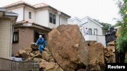 Ðất lở vì bão Wipha tại thị trấn Kamakura, phía nam thủ đô Tokyo, ngày 16/10/2013.