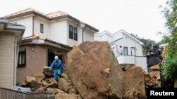 Rocas en una área residencial luego de un alúd provocado por el tifón Wipha, en Kamura, al sur de Tokio.