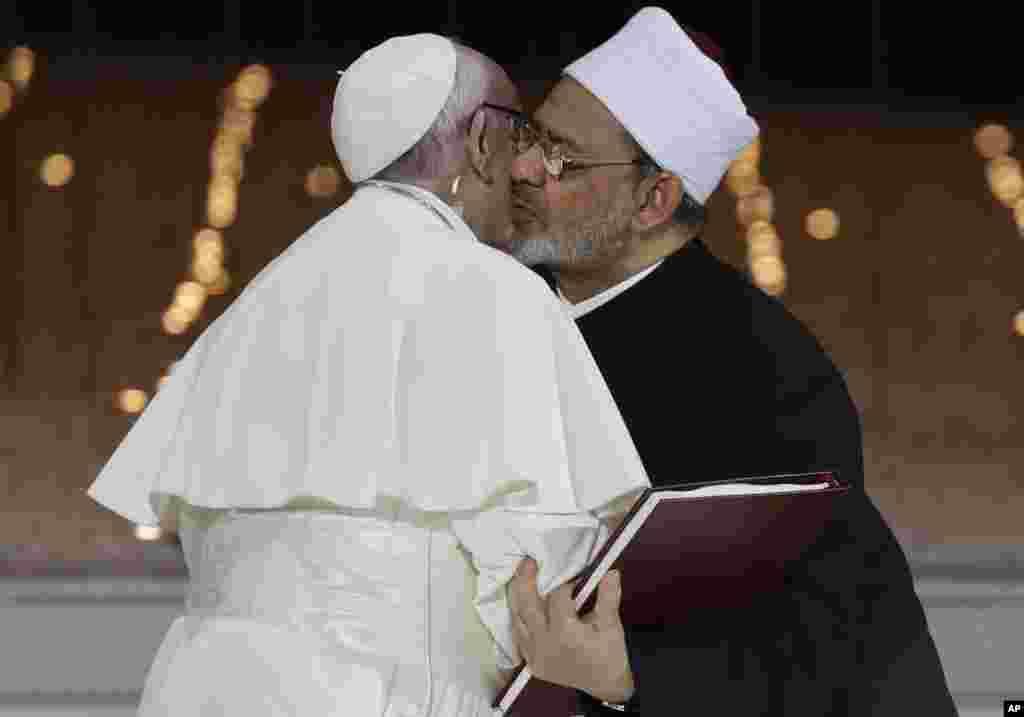 پاپ فرانسیس در امارات از سوی شیخ احمد الطیب متولی مرکز الاهز مصر مورد استقبال قرار گرفت. این نخستین سفر یک پاپ به شبه جزیره عربستان در تاریخ است.