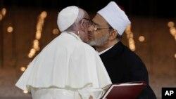 Papa Francis û Şêx Ahmed el-Tayeb, Şêxê Ezherê hevdu hembêz dikin