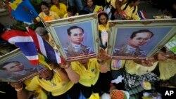 Warga Thailand membawa potret Raja Bhumibol Adulyadej dalam acara untuk menunjukkan dukungan warga terhadap Raja di Bangkok (foto: dok).