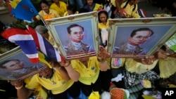 지난 5월 태국 방콕에서 푸미폰 아둔야뎃 국왕의 지지자들이 그의 초상화를 들고 쾌유를 기원하고 있다. (자료사진)