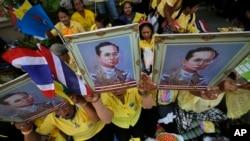 지난 5월 태국 방콕에서 지지자들이 국왕의 초상화를 들고 수개월간 입원 후 퇴원하는 국왕을 환영하고 있다. (자료사진)